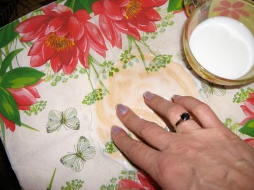 Приклеивание салфетки с крышке табурета