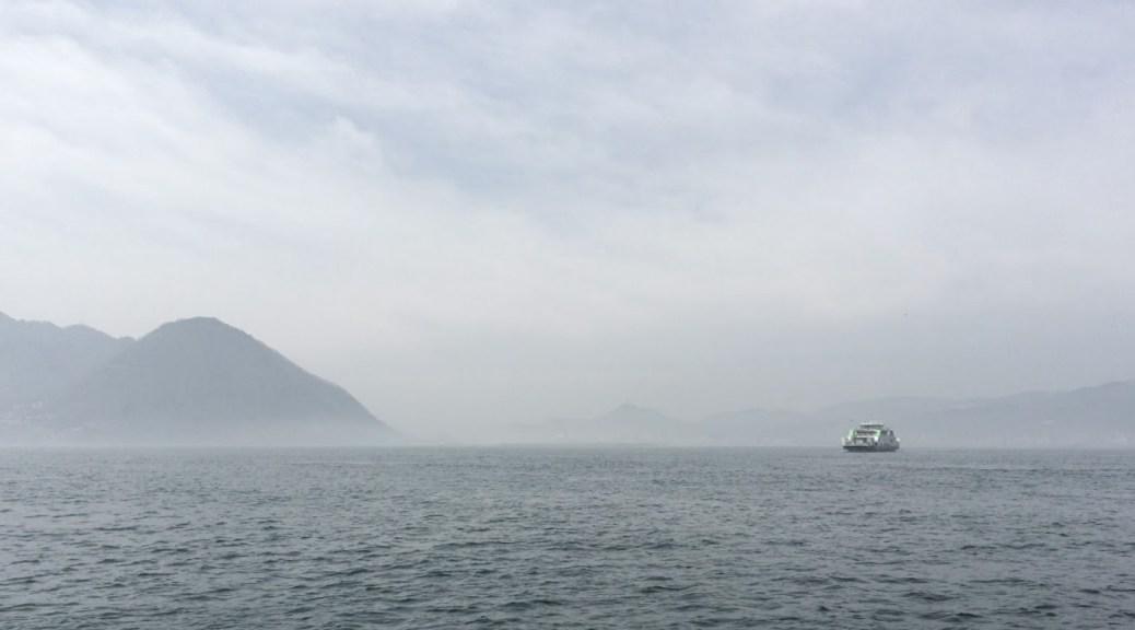 海霧の中をゆくフェリー