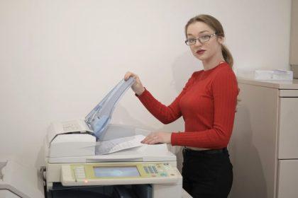 žena u tiskárny