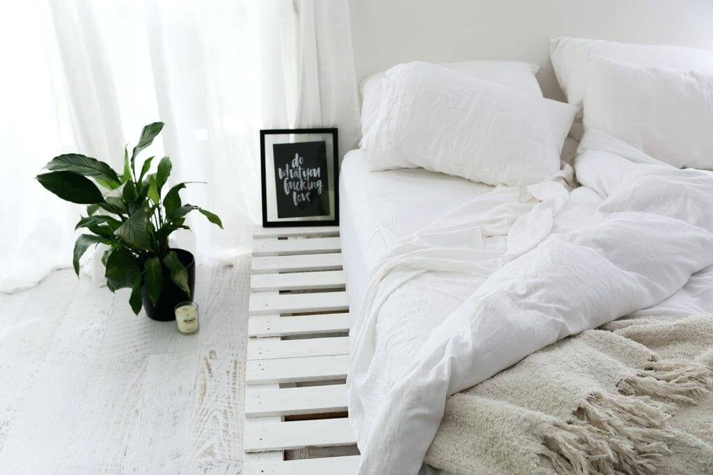 Blissful Bedroom Decor with White Pallet Platform Bed