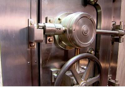 131030042415-unique-homes-bank-vault-door-620xb