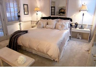 131030042452-unique-homes-bank-bedroom-620xb