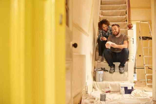 Genç bir çift satın aldıkları eski evde koridorlarını dolduruyor