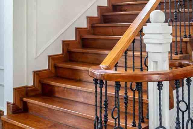 Ferforje korkuluklu klasik vintage zarif ahşap merdiven