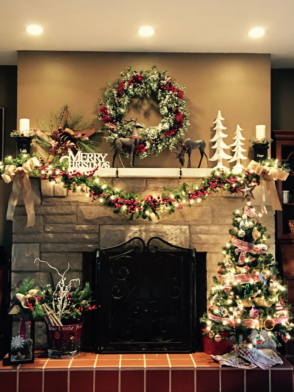 Inspiring Rustic Christmas Fireplace Ideas To Makes Your Home Warmer 27