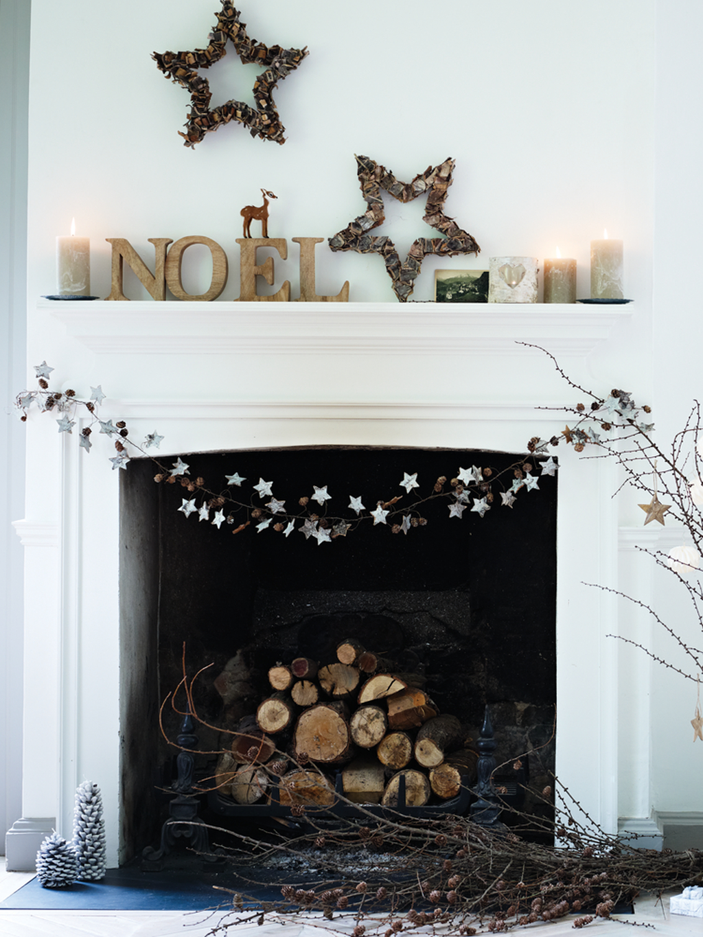 Inspiring Rustic Christmas Fireplace Ideas To Makes Your Home Warmer 42