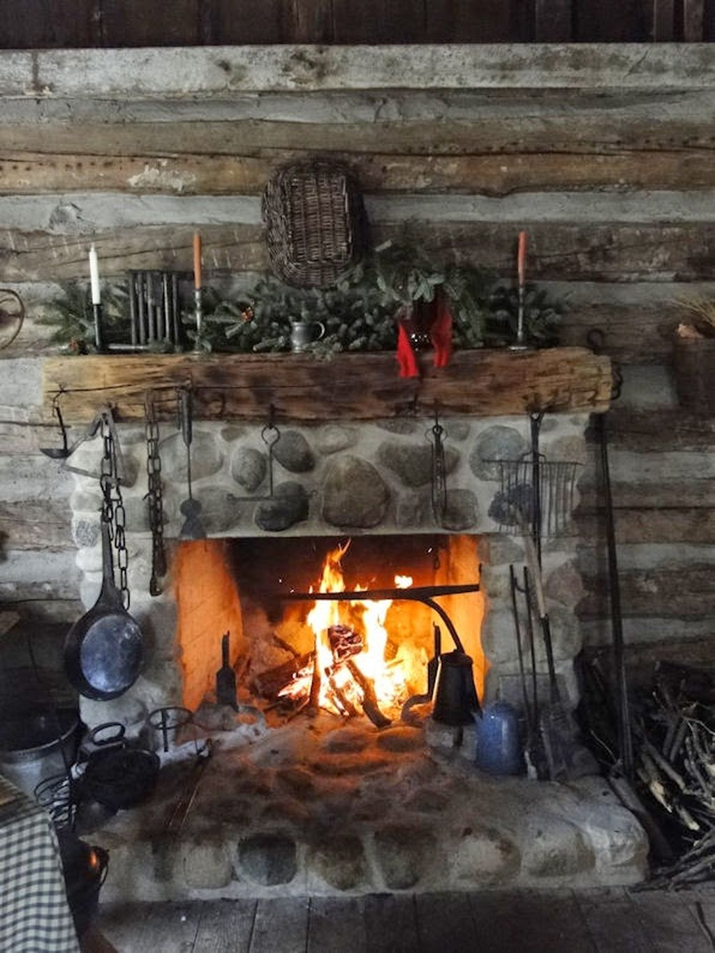 Inspiring Rustic Christmas Fireplace Ideas To Makes Your Home Warmer 77
