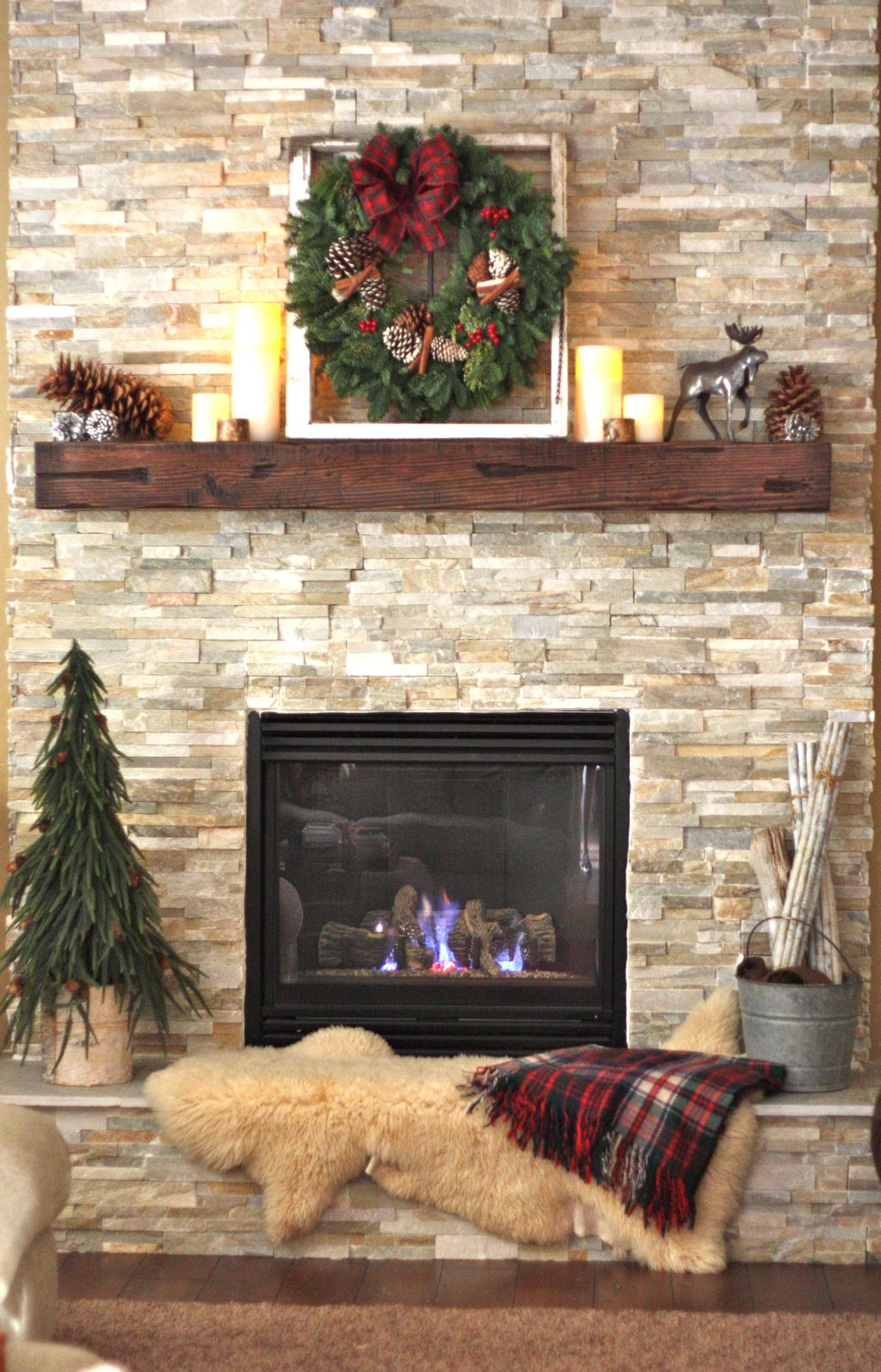 Inspiring Rustic Christmas Fireplace Ideas To Makes Your Home Warmer 90