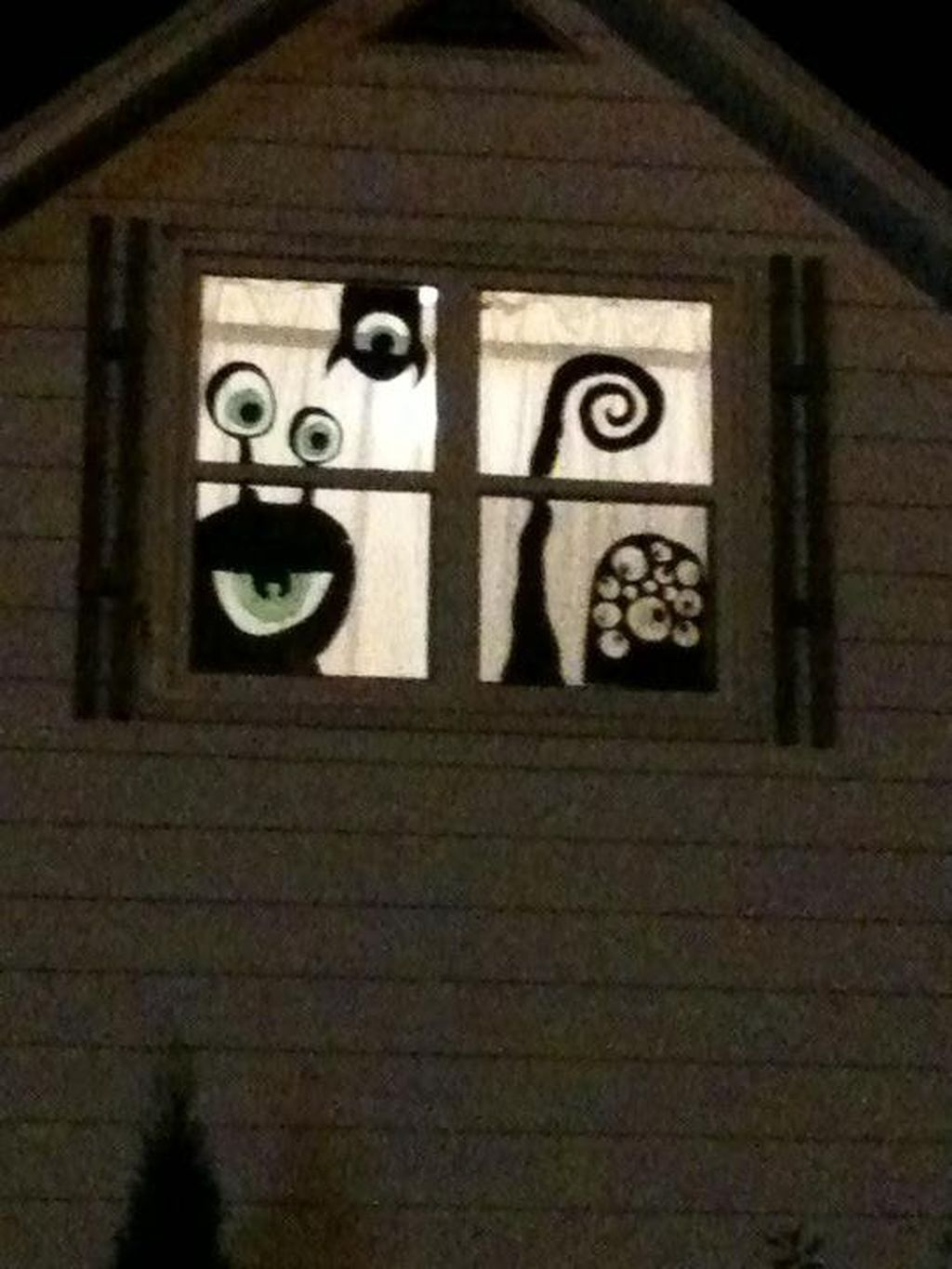 Scary But Creative DIY Halloween Window Decorations Ideas You Should Try 12