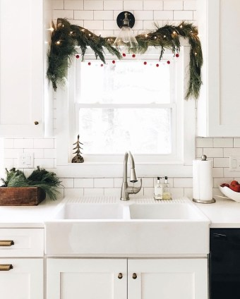 Adorable Rustic Christmas Kitchen Decoration Ideas 16