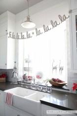 Adorable Rustic Christmas Kitchen Decoration Ideas 23