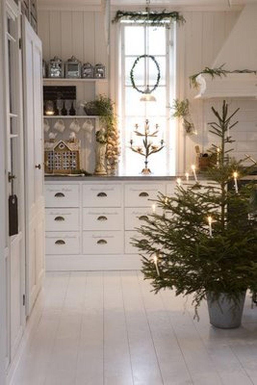 Adorable Rustic Christmas Kitchen Decoration Ideas 30