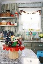 Adorable Rustic Christmas Kitchen Decoration Ideas 34