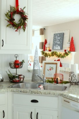 Adorable Rustic Christmas Kitchen Decoration Ideas 43