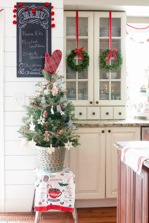 Adorable Rustic Christmas Kitchen Decoration Ideas 44