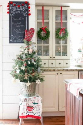 Adorable Rustic Christmas Kitchen Decoration Ideas 44