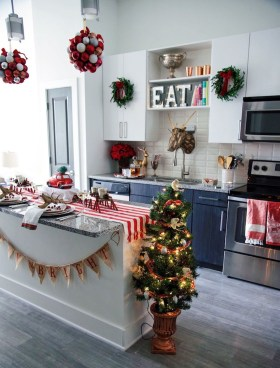 Adorable Rustic Christmas Kitchen Decoration Ideas 51