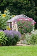 Cozy And Relaxing Country Garden Decoration Ideas You Will Totally Love 29