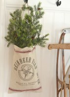 Incredible Rustic Farmhouse Christmas Decoration Ideas 37