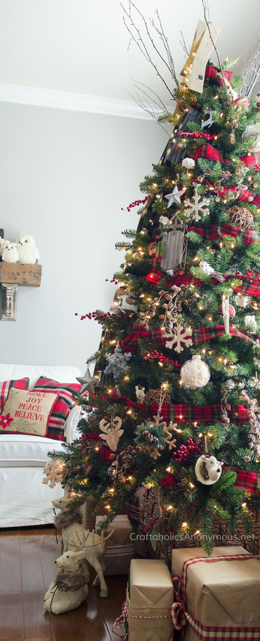 Inspiring Rustic Christmas Tree Decoration Ideas For Cheerful Day 39
