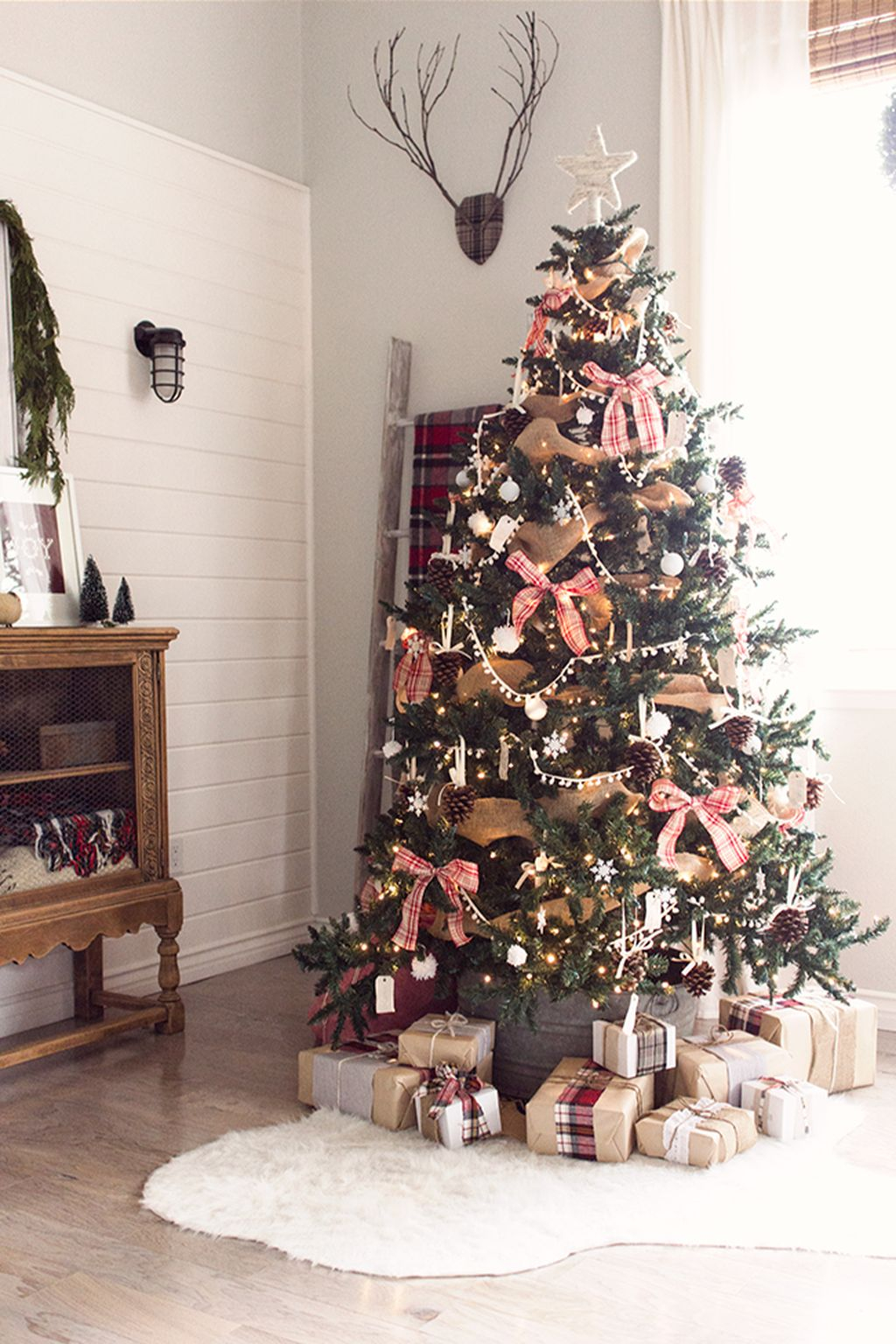 Inspiring Rustic Christmas Tree Decoration Ideas For Cheerful Day 43