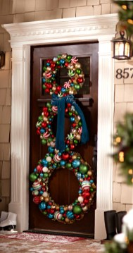 Simple But Beautiful Front Door Christmas Decoration Ideas 03