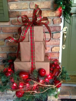 Simple But Beautiful Front Door Christmas Decoration Ideas 06