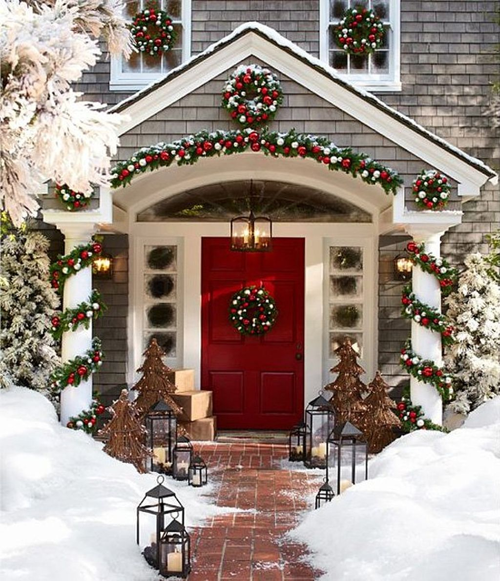 Simple But Beautiful Front Door Christmas Decoration Ideas 30