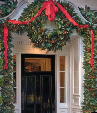 Simple But Beautiful Front Door Christmas Decoration Ideas 59