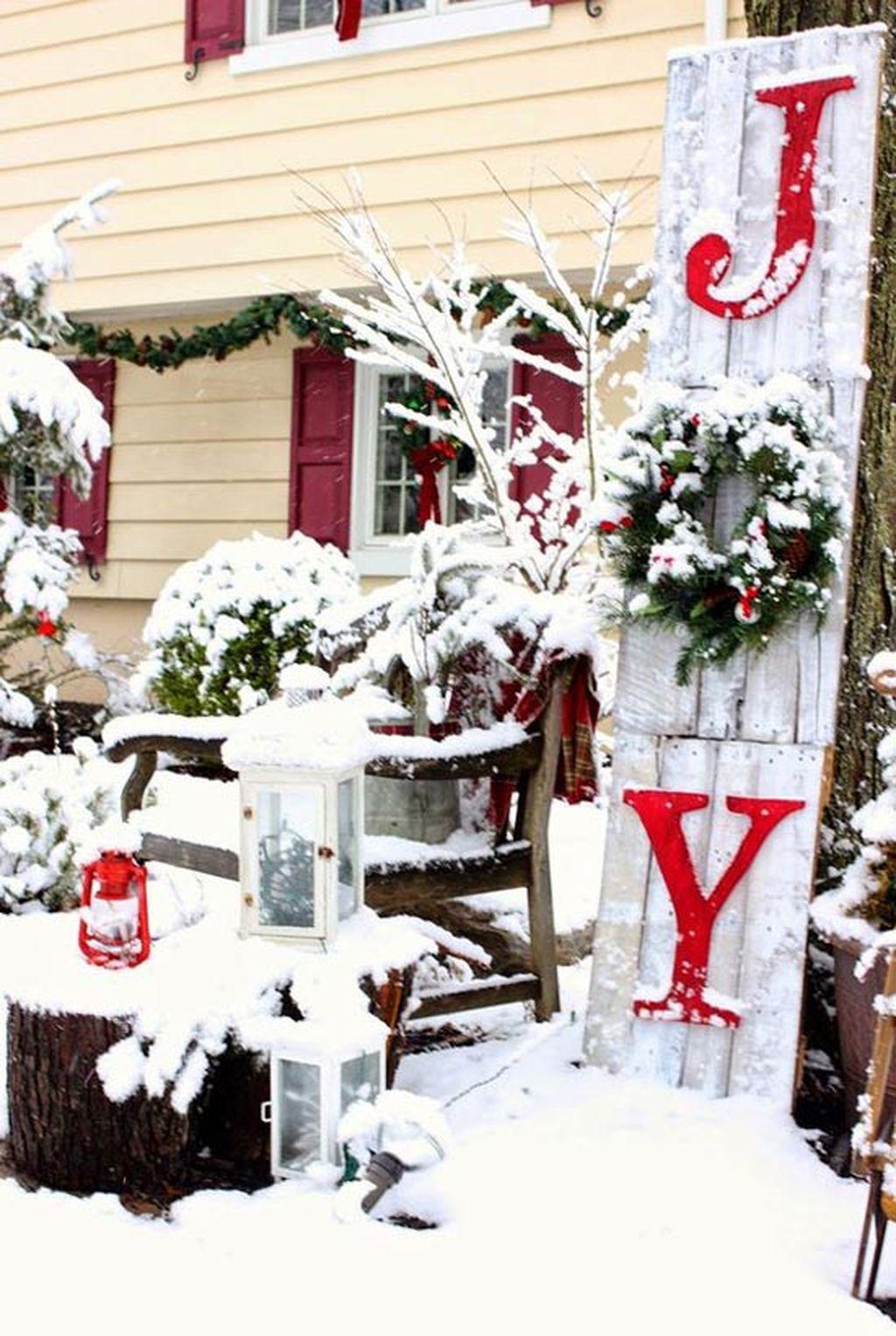 Totally Inspiring Christmas Porch Decoration Ideas 33