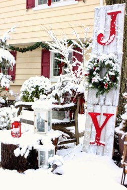 Totally Inspiring Christmas Porch Decoration Ideas 33