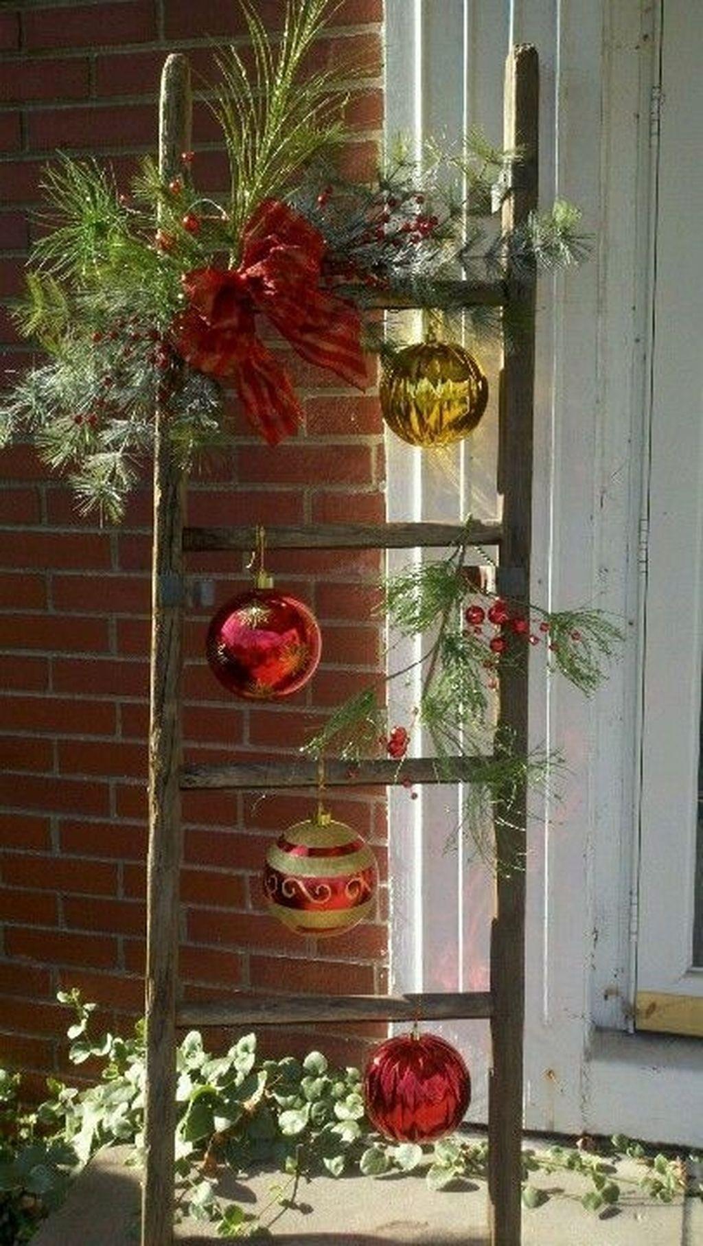Totally Inspiring Christmas Porch Decoration Ideas 40