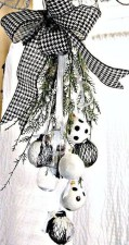Unique And Unusual Black Christmas Tree Decoration Ideas 04