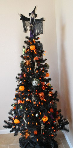Unique And Unusual Black Christmas Tree Decoration Ideas 12