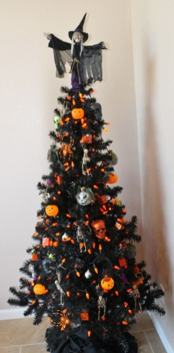 Unique And Unusual Black Christmas Tree Decoration Ideas 12