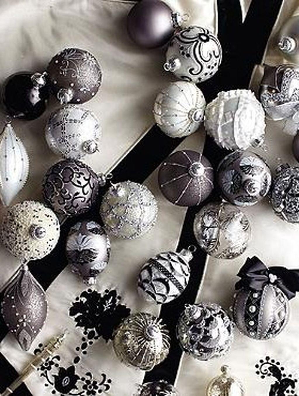 Unique And Unusual Black Christmas Tree Decoration Ideas 16