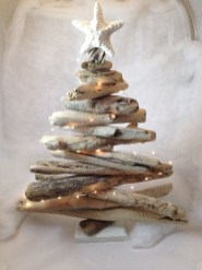 37 Relaxed Beach Themed Christmas Decoration Ideas 01