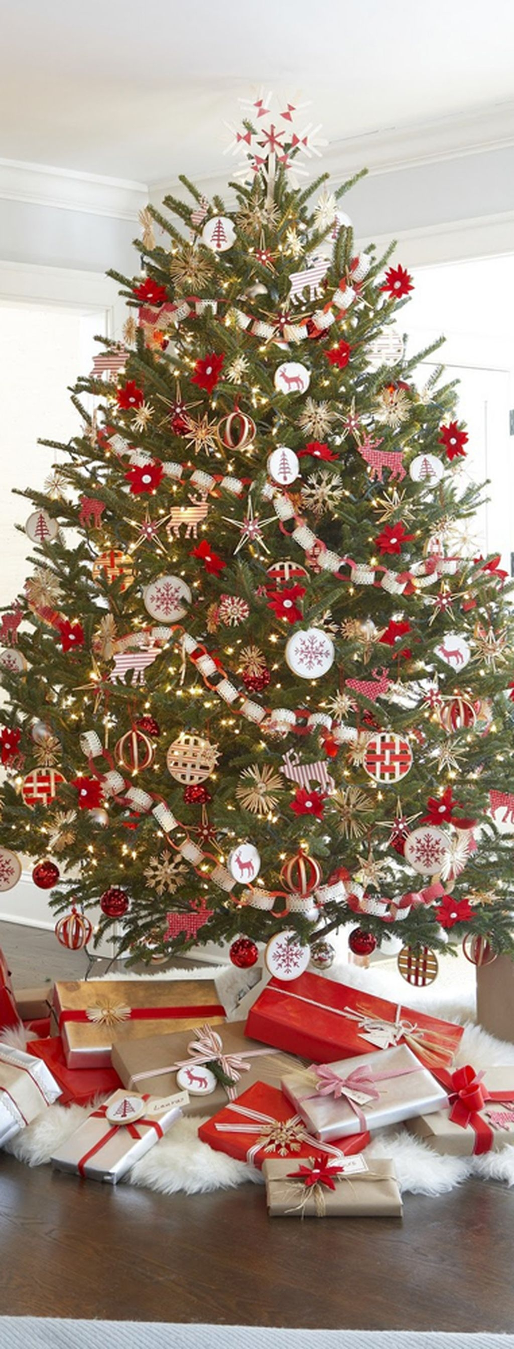 37 Totally Adorable Traditional Christmas Decoration Ideas 18