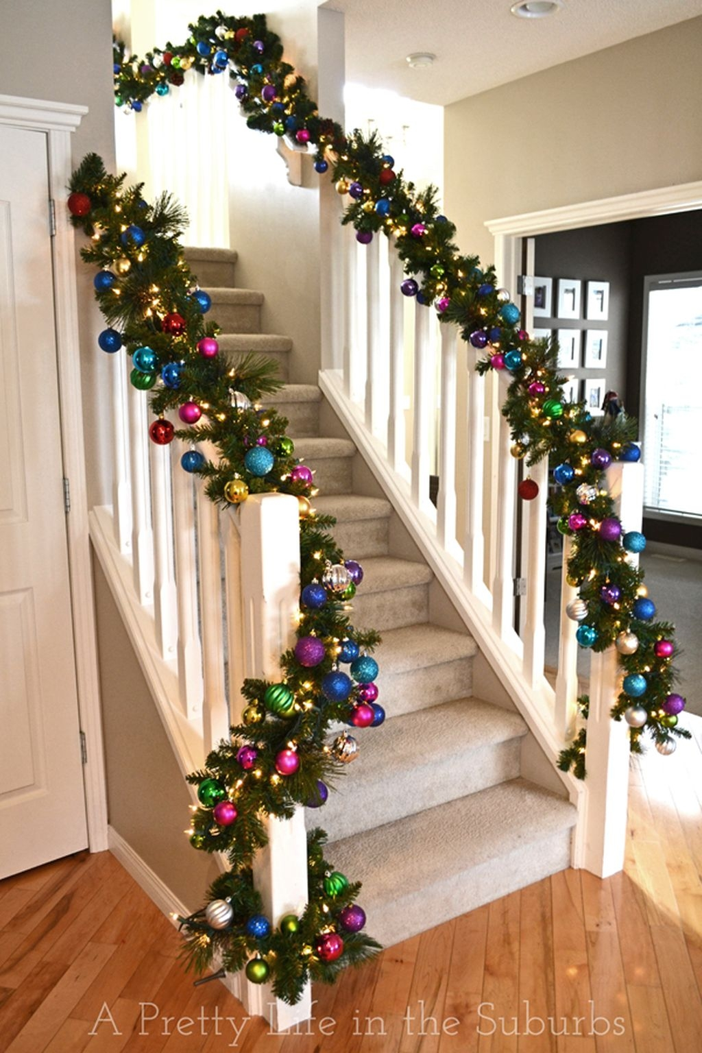 38 Cool And Fun Christmas Stairs Decoration Ideas 03