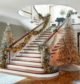 38 Cool And Fun Christmas Stairs Decoration Ideas 04