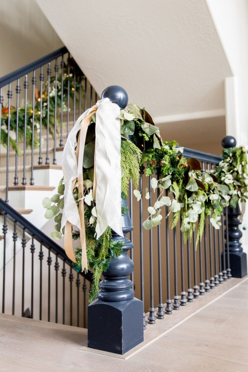 38 Cool And Fun Christmas Stairs Decoration Ideas 07