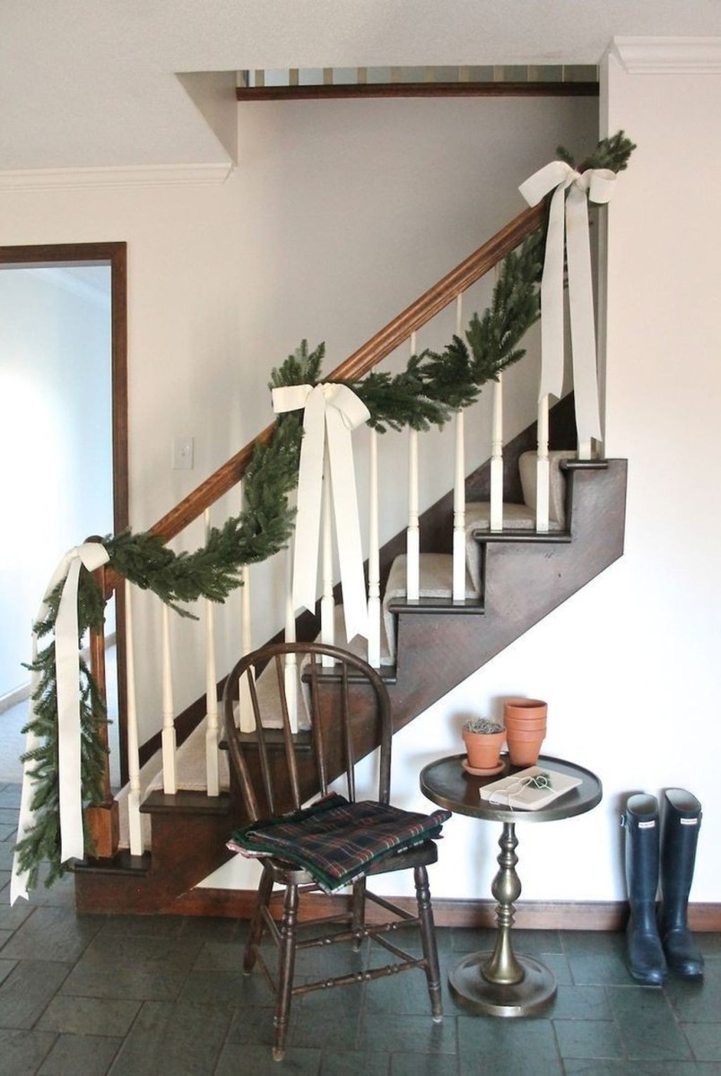 38 Cool And Fun Christmas Stairs Decoration Ideas 34
