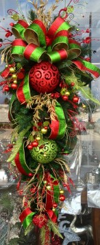 38 Stunning Christmas Front Door Decoration Ideas 20