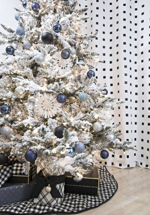 40 Ezciting Silver And White Christmas Tree Decoration Ideas 15