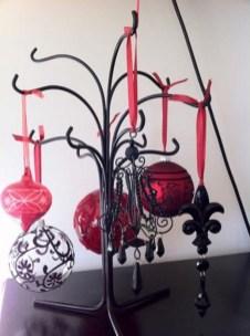 Amazing Gothic Christmas Decoration Ideas To Show Your Holiday Spirit 15