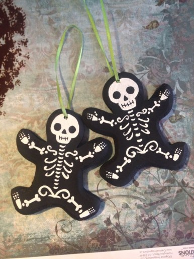 Amazing Gothic Christmas Decoration Ideas To Show Your Holiday Spirit 17