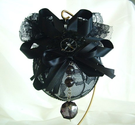 Amazing Gothic Christmas Decoration Ideas To Show Your Holiday Spirit 28