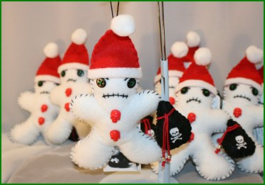 Amazing Gothic Christmas Decoration Ideas To Show Your Holiday Spirit 32