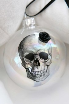 Amazing Gothic Christmas Decoration Ideas To Show Your Holiday Spirit 34