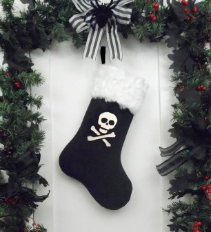 Amazing Gothic Christmas Decoration Ideas To Show Your Holiday Spirit 37